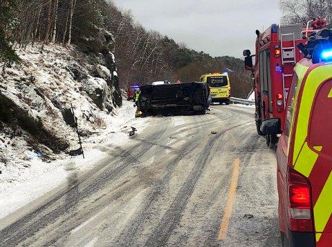 Bilen havnet på sida. Sporene tyder på at den først har vært i grøfta, og der hatt kontakt med bergveggen.