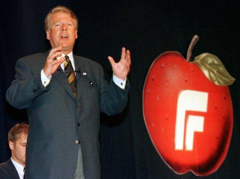 Tidligere partileder Carl I. Hagen med en tidligere utgave av partiets eplelogo. Apples første eple-logo ble tatt i bruk i 1977, mens Frp ikke kom med eplet sitt før tidlig på 1990-tallet.