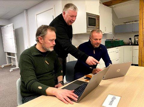 BEREDSKAP: Rådmann Arne Ingebrigtsen, beredskapsleder Torbjørn Sagen og ordfører Kjell Neergaard i møte i kriseledelsen søndag ettermiddag.