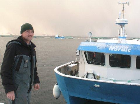 Administrerende direktør Edvard Henden i Nordic Halibut ved sjøanlegget selskapet har i Krekvikbogen på Eide og som nå skal oppgraderes.