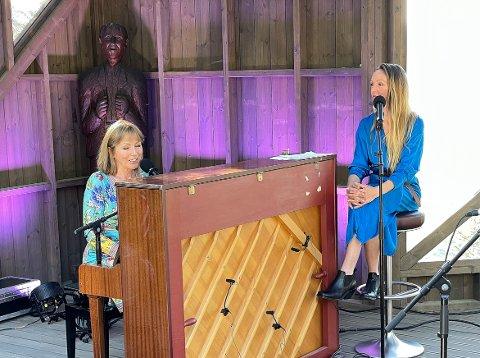 SAMMEN: Kun for andre gang sto mor Anita Skorgan og datter Sara Skorgan Teigen på samme scene. Det skjedde under lørdagens Kleivakveld i Surnadal.
