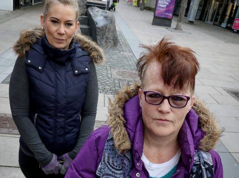 UHELDIG HOS FRISØREN: - Jeg gråt i tre timer, sier Liv Karin Jenssen om sin nye sveis. Bak datteren Jannette Anderson.