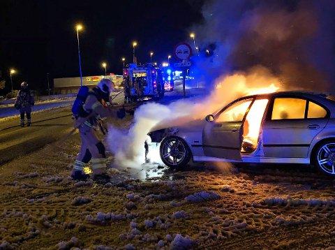 I FYR OG FLAMMER: Kl.23.14 torsdag rykket brannmannskapene fra stasjon Tønsberg ut etter melding om bilbrann på Teie, Færder.