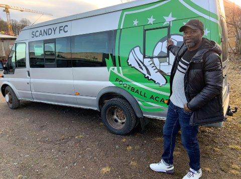 GAVEPAKKE: Minibussen Mohammed Idris har fått i gave er allerede utstyrt med akademiets navn og logo.