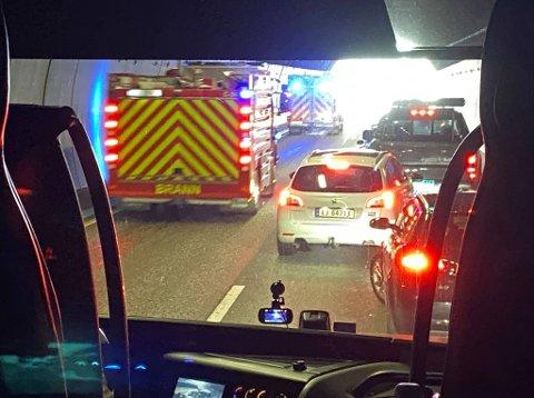 ULYKKE: En ulykke i Hemtunnellen skaper lange køer på E18. Brannvesen, politi og ambulanse har rykket ut til stedet.