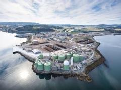 FÅR SKRYT: Statsminister Erna Solberg mener Biokraft på Skogn, som åpnet i 2018, er en milepæl mot nullutslippssamfunnet.