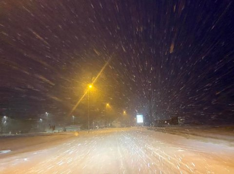 SIKT: Kraftig vind skapte problemer for sikten i trafikken over hele fylket lørdag. Dette bildet er fra Fylkesvei 763 mellom Steinkjer og Snåsa lørdag kveld.