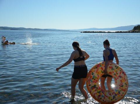 AVKJØLING: Til helga ventes det strandvær igjen. Her er venninnene Noelle og Mira på tur ut i vannet i Steinkjer for en dukkert.
