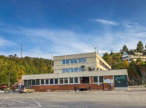 Tomme flaggstenger: Kommunehuset i Tvedestrand viser ingen støtte til Skeive sørlandsdager.