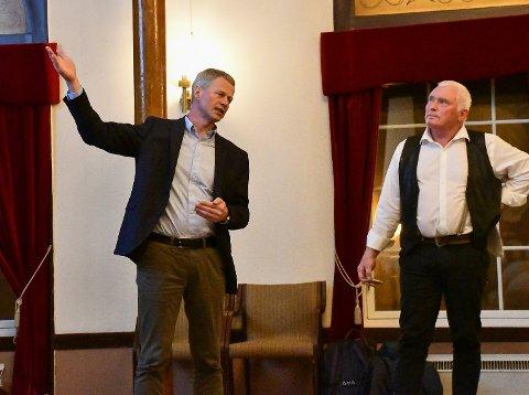 Knut Aall og Steinar Thorsen har bakgrunn fra henholdsvis Høyre og SV. Nå har de gått sammen om å redde Tvedestrand.