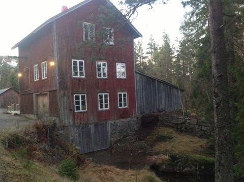 Mølla: Vegårshei Mølle ligger tett inntil veien på Moland på Vegårshei.