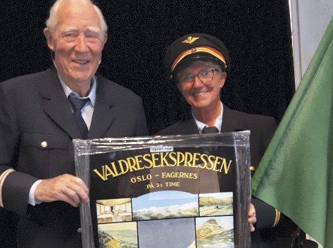 Reklame: Sigmund Rosenberg og Hilde Lindahl viser fram ein handmåla reklameplakat frå 1928 med teksten Valdresekspressen. Oslo-Fagernes 5 1/2 time - ei gåve gitt av Nye Valdresbanen.