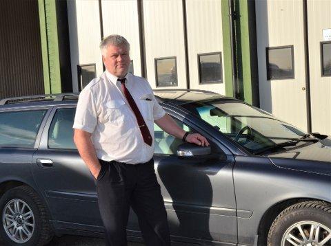 ØNSKER ERSTATNING: Rolf Hauge reagerer på måten han ble møtt på av Vestre Slidre kommune, da han fikk bilen sin ødelagt på en av kommunens veger i sommer. - Jeg hadde ikke forventa arroganse og total ansvarsfraskrivelse, sier yrkessjåføren.
