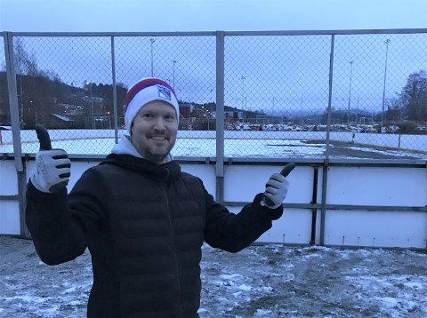 ØNSKER SEG KULDE: Leder Joar Hugaas i skøyte og hockeygruppa i NIl kan juble at det etter 30 år endelig blir ishockey på Sentralidrettsanlegget igjen. Hockeyrinken (30 x 60 meter) trenger nå sårt kuldegrader for å få is.
