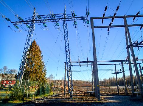 Dette er transformatorstasjonen i Vestby den nye kraftledningen skal kobles på. Herfra skal det bygges 5,9 kilometer med kraftledning dersom Elvia får viljen sin.