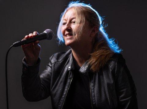 """Psykologspesialist Lovise Angen Krogstad med kunstnernavnet Lovise AK, slipper albumet """"Tapre barn"""" 23. april. Dette følges opp med en konsertforestilling i Skoklefaldsalen på Steinerskolen 29. mai."""