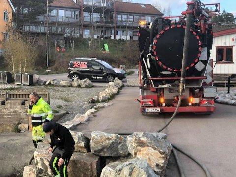 4.000 LITER: Til tross for at lekkasjen av væsken UN-1307 Xylen tidlig ble stanset, rakk 4.000 liter å renne ut og legge seg på vannet ved Fagerstrand tirsdag.