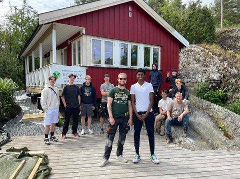 Sebastian og Mohammed foran resten av elvene fra Vestby GVS som har stått for byggingen på Gylteholmen.