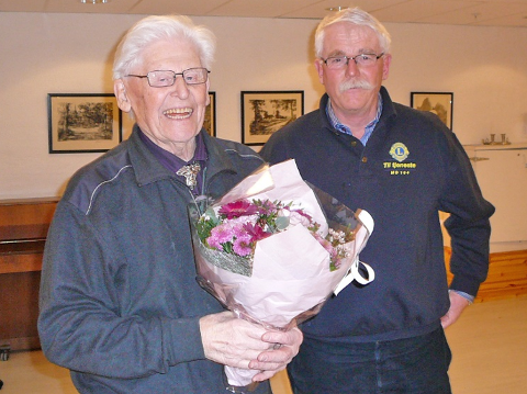 Blomster fra Lions Club Ås til sitt eldste medlem, Ragnar Fjørtoft.