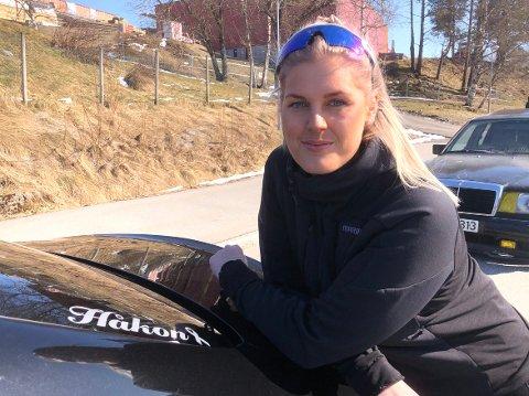 VENNETUR: Nina Therese Hakstad hadde plan om å ta med vennen Håkon Heggset på tur med nybilen hun kjøpte i fjor høst. Den turen rakk de ikke da Håkon døde 1. november. Nina har merket bilen sin med navnet til Håkon.