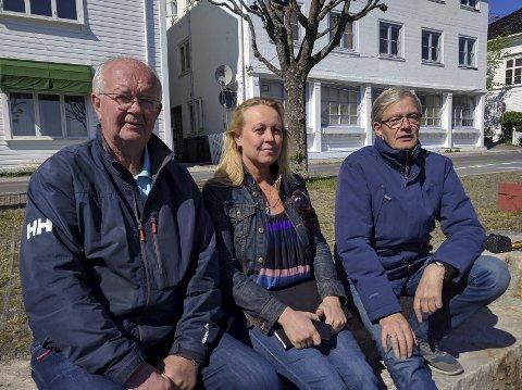 TAKKNEMLIG: Nils Chr. Lønningdal (t.v.) og Arne Myklebust (t.h.) er svært takknemlig for pengene fra leteaksjonen som Kristin Nesdal (i midten) ledet.