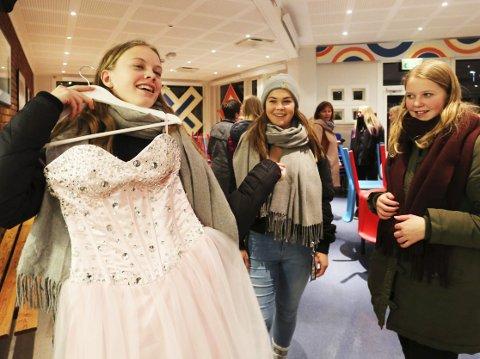 Se min kjole: Mathilde viser venninnene Emilie og Johanne en kjole som hun liker..