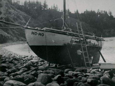 «Ho-Ho» ble bygget  av Nils Eriksen Narvika i Nordfjorden i1908 som losskøyta «Rask». Bildet viser skøyta etter havariet som førte til at «Ho-Ho» måtte settes på land  på øya Norfolk i Stillehavet.