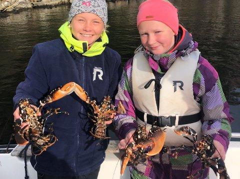 FANGST: Lotte Bruhjell (12 år) og Lone Bruhjell (11 år) viser stolt frem to av sine fire hummere. Foto: Sigurd Bruhjell