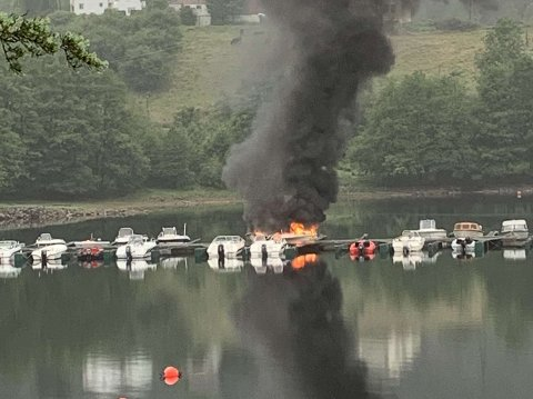 BÅTBRANN: Brann ved Osen brygge på Sira.
