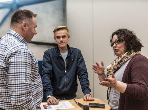 JOBBA VIDARE: – Min klare oppfordring er at de på ein eller annan måte må jobba vidare med dette produktet, seier Børge Brundtland (t.v.) frå Industriutvikling Vest, saman med Steinar Feste Kvamme og fungerande ordførar i Lindås, Nina Bognøy.