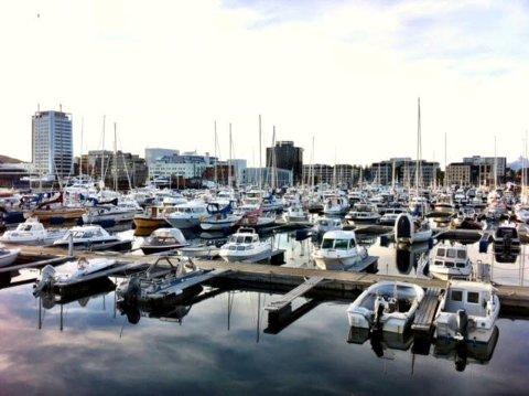 Fem båter i småbåthavna var utsatt for innbrudd natt til tirsdag. Nå oppfordres folk til å sjekke båtene sine.