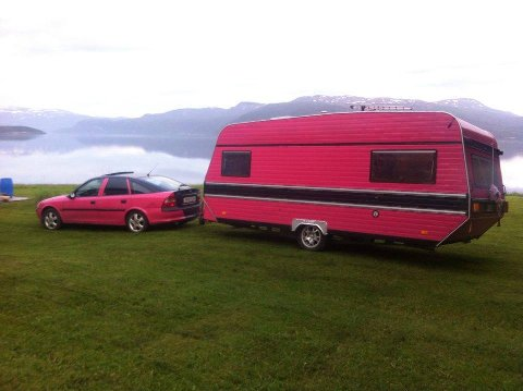 Thomas Oversand selger nå sin rosa campingvogn i håp om få nok kapital til å starte egen bedrift.
