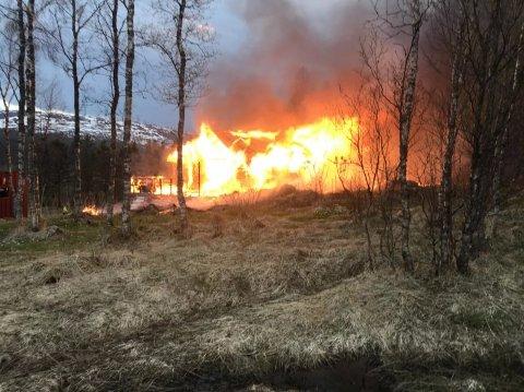 Hytta var helt overtent da brannmannskapene kom til stedet.