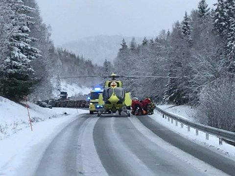 Et redningshelikopter landet på E6 før klokka 12.30. Foto: Christopher Engås
