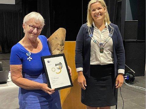 Lovord: Ordfører Aase Refsnes hadde mye godt å si om Berit Woie-Berg under tildelingen av hedersmedaljen.