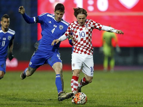 Football Soccer - Croatia v Israel - International friendly match - Stadium Gradski Vrt, Osijek, Croatia - 23/3/16 Croatia's Luka Modric in action with Israel's Nir Bitton. REUTERS/Antonio Bronic
