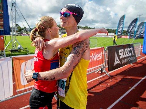 Rebecca Hilland vant dameklassen i Knarvikmila. Her sammen med løpskongen Bjørn Tore Taranger etter målgangen.