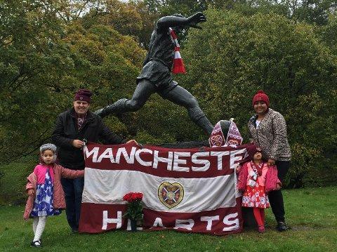 John McBurnie dro fra Mabchester for å se statuen av Kniksen. Med seg på turen hadde han også konen Bilen og døtrene Amiee (5) og Rachel (2). (Foto: Åsmund Elgesem, Brann.no)