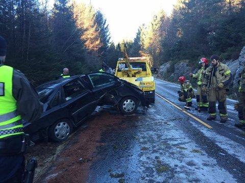 Bilen har fått omfattende skader etter utforkjøringen.
