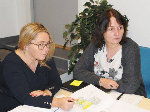 Kommunalsjef Johanne Jakobsen i Øksnes (til venstre) søker jobben som rektor på Nordlands største videregående skole. Her sammen med pedagogisk konsulent Lill Sørensen i kommunen.
