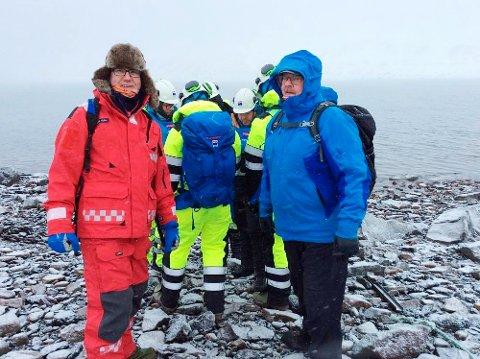 Styremedlemmene i LoVe IUA fikk to blant annet være observatører på en øvelse under Svalbard-besøket. I front: Roger Vian i Lofoten brann og redning f.v.) og Roar Hansen i Vågan brann og redning. (Foto: Nils Harald Steinsvik, Andøy brannvesen)