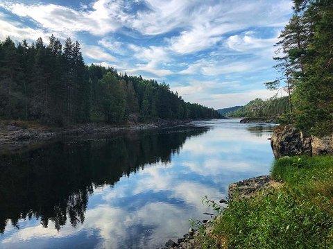 FISKEFORBUD: Det er innført totalt fiskeforbud mellom Hellefoss og Døvikfoss. Tidligst i 2029 vil forbudet kunne opphøre.