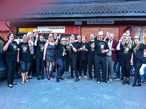 TIL FINALEN: Denne gjengen fra Svana Revy og Teaterlag lagde i 2014 sketsjen «Pissoaret?», og den er et av finaleinnslagene som nå kjemper om en plass i Revy NM 2021.