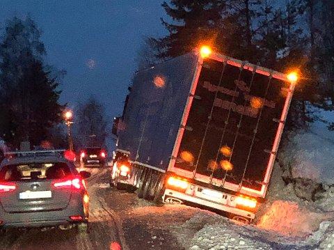 ULYKKE: Ingen personer kom til skade da dette vogntoget kjørte av veien på Snarum i ettermiddag.