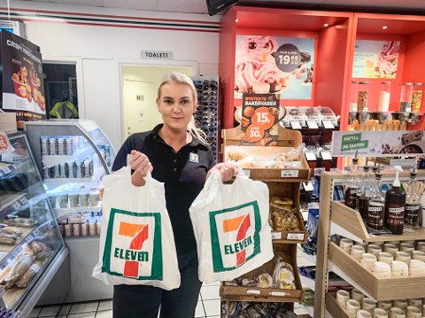 HAR SOLGT MEST: Hver kveld står Elena Aasen og de andre ansatte ved YX 7-Eleven Helleland klare for å dele ut forundringsposene kundene har bestilt. De har solgt desidert flest forundringsposer i Dalane gjennom 2020.
