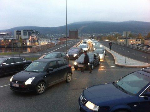 MYE TRAFIKK: Øvre Sund bru er en viktig innfartsåre til Drammen sentrum.