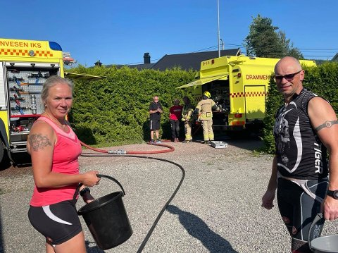 Hege Jakobsen og Morgan Holm er naboer til huset der det begynte å brenne. De var raskt på stedet og startet slukkingen.