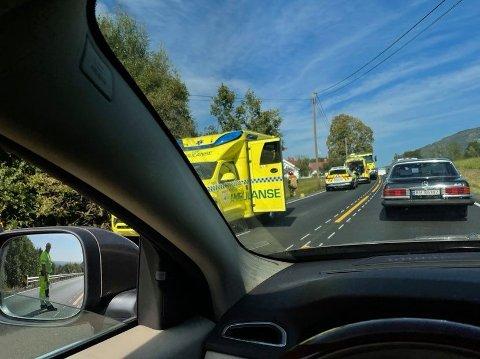 Ambulansepersonell er på stedet.