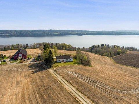 Eneboligen til høyre på bildet ligger landlig til med utsikt mot Øyeren og hadde mange interesserte og ble solgt etter bare én fellesvisning.