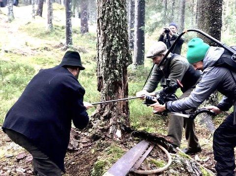 Tømmerhoggere i arbeid. F.v. Håvard Svarthol, Knut Svarthol, Anders Røren (bak, med kamera) og Truls Ørmen Erlingsen som filmer.
